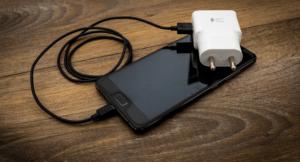 Какое зарядное устройство быстрее заряжает аккумулятор вашего смартфона?