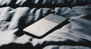 Read more about the article Почему нельзя спать с мобильным телефоном под подушкой?