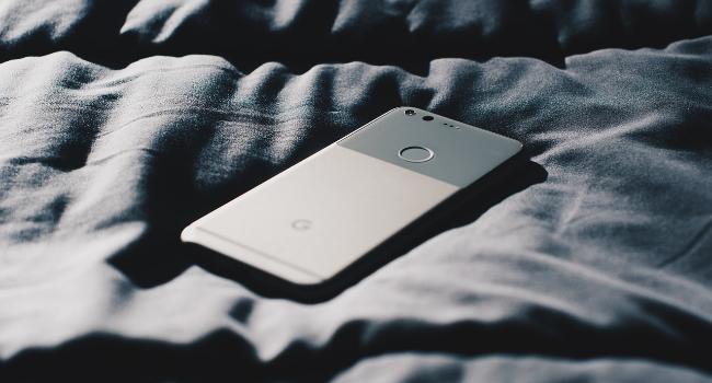 Почему нельзя спать с мобильным телефоном под подушкой?